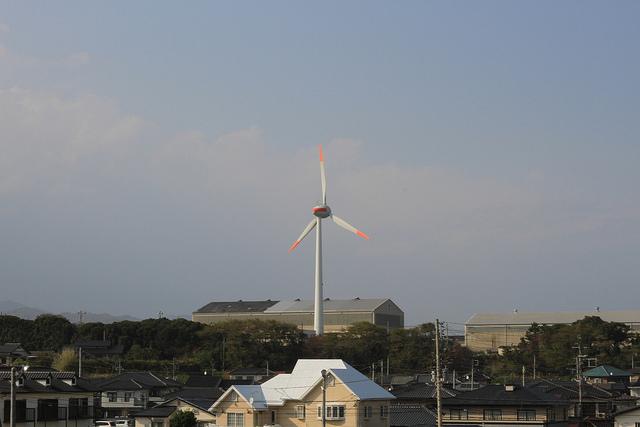 Oikea tapa laskea uusiutuvan energian tuotanto asuntojen tarpeisiin: yksi ihminen kuluttaa asumiseen yhden kilowatin